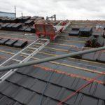 【研修風景】屋根の上では「剛力」と「繊細」の両方が職人に求められるのです。
